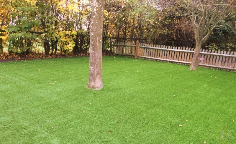 cut-artfificial-turf-around-obstruction-How-to-lay-fake-grass